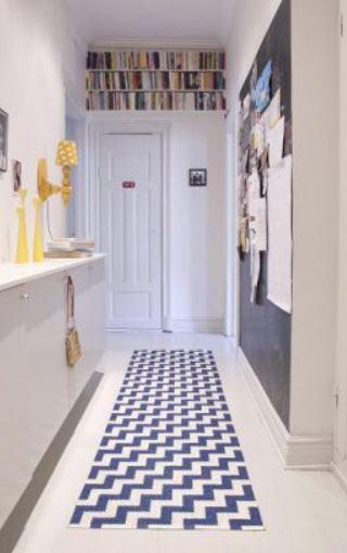 Aménagement couloir avec rangement dessus porte